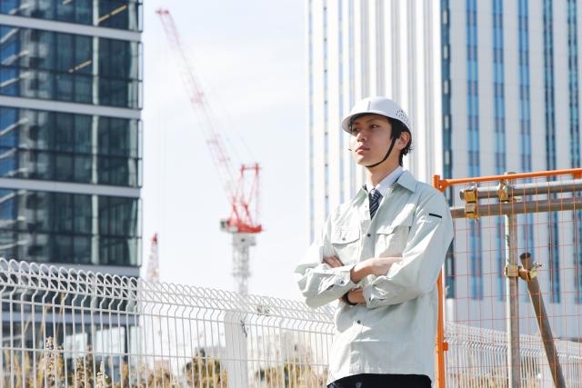建築現場で施工管理をしている男性